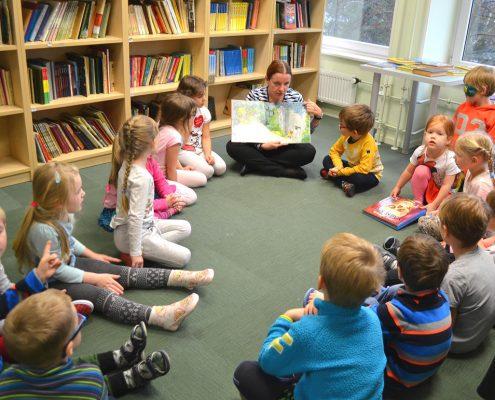 Vesiroosi lapsed TSG raamatukogus külas