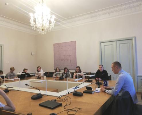 8.b Riigikogus kohtumas Raimond Kaljulaidiga